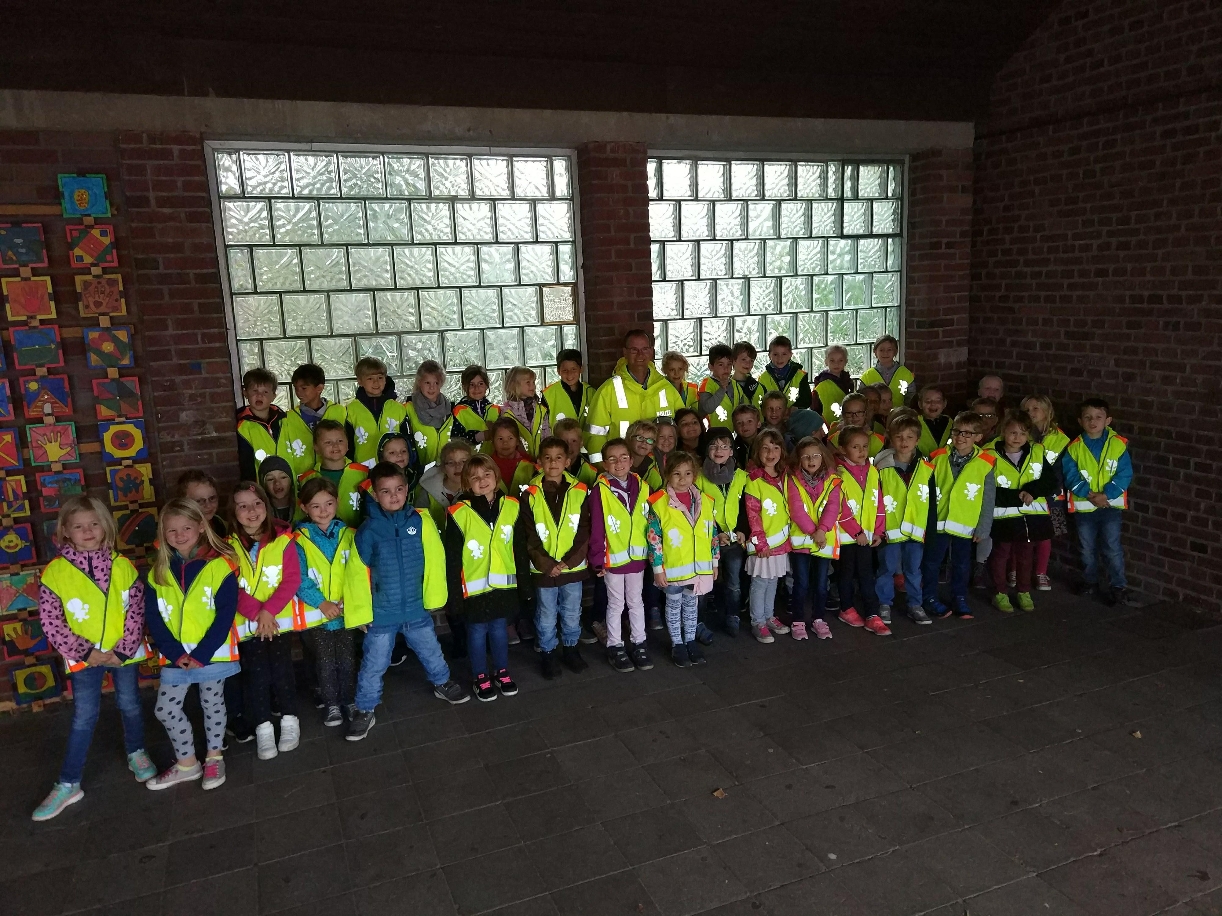 Grundschüler mit Warnwesten - KGS Birgelen